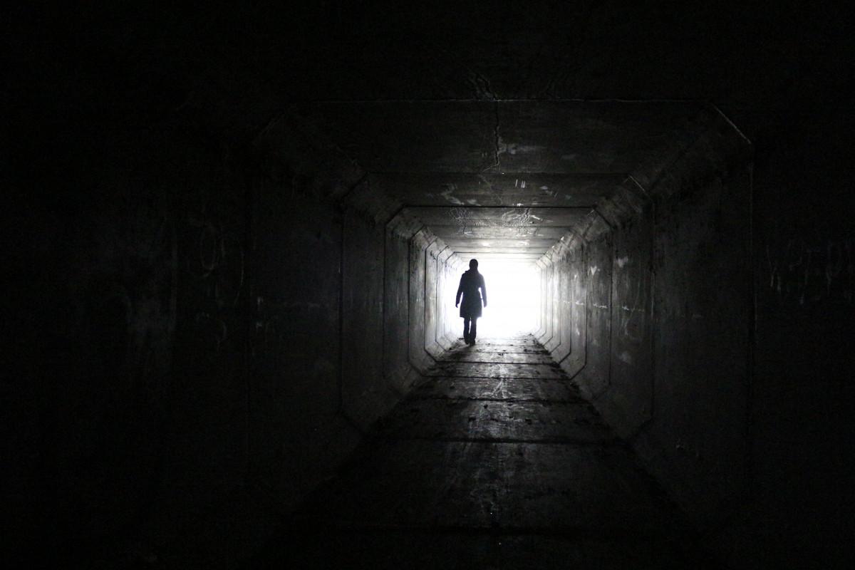 hombre, silueta, para caminar, persona, ligero, gente, blanco, noche, escapar, urbano, solo, túnel, oscuro, masculino, subterráneo, hembra, misterio, salida, Entrada, sombra, humano, oscuridad, libertad, negro, monocromo, muerte, solitario, portón, vida, sueño, uno, misterioso, mujer, infraestructura, brillante, simetría, esperanza, corredor, camino, fantasía, fin