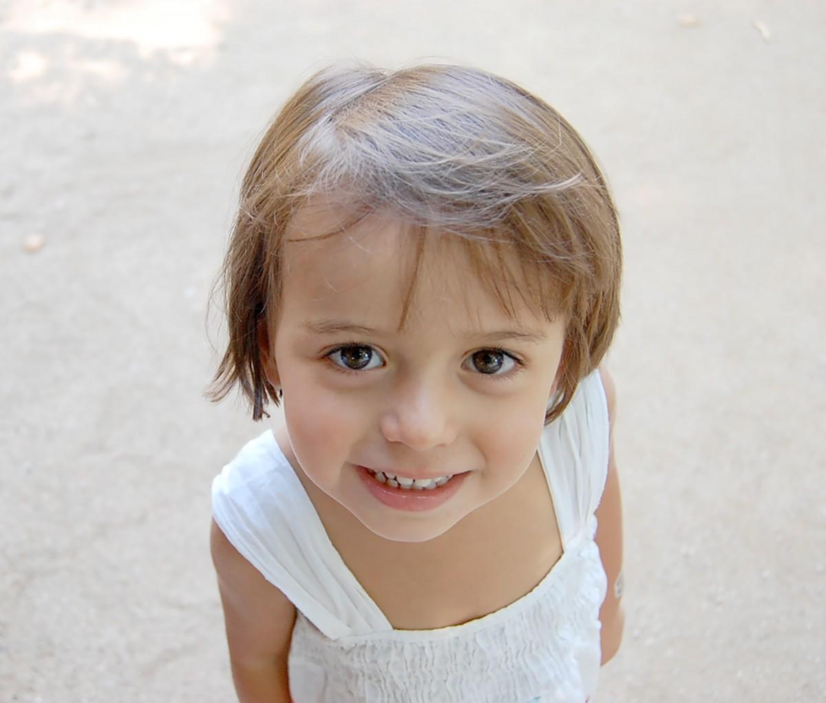 Person Menschen Mädchen Fotografie Porträt Kind Gesichtsausdruck Frisur lächelnd Lächeln Nahansicht Gesicht Augen Kinder glücklich Säugling Kleinkind Auge Kopf Haut Schönheit Organ Zähne Emotion Portraitfotografie Kind-Modell Freude aussehen