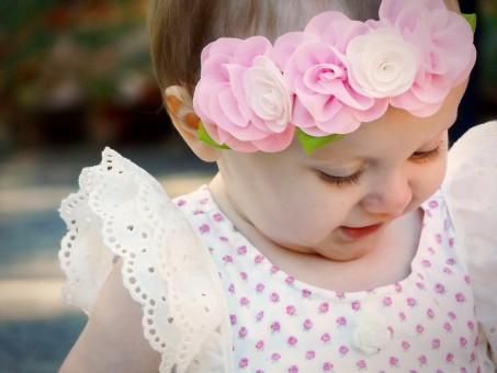 Fotos gratis : flor, púrpura, pétalo, hembra, niño, ropa, rosado, bebé, Casco, vestir, manos ...