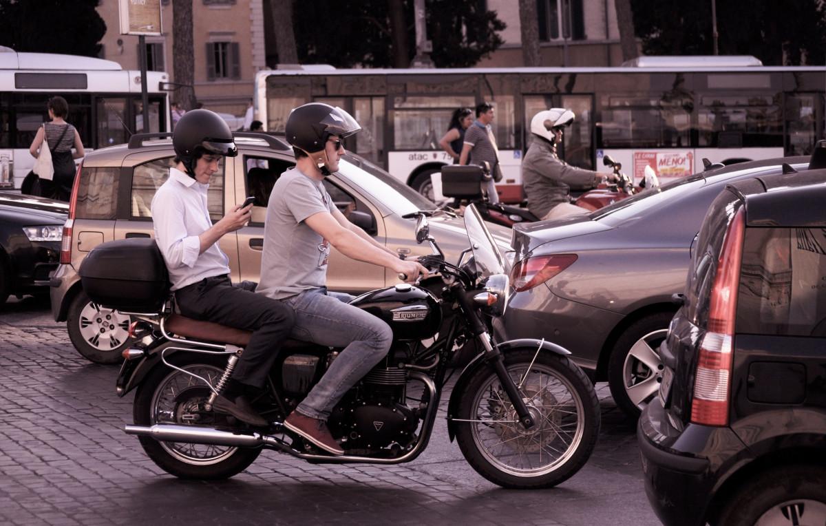 circulation, rue, voiture, vélo, ville, Urbain, véhicule, moto, moto, des rues, des voitures, routes, Casques, faire de la moto, mode de transport, Marque automobile