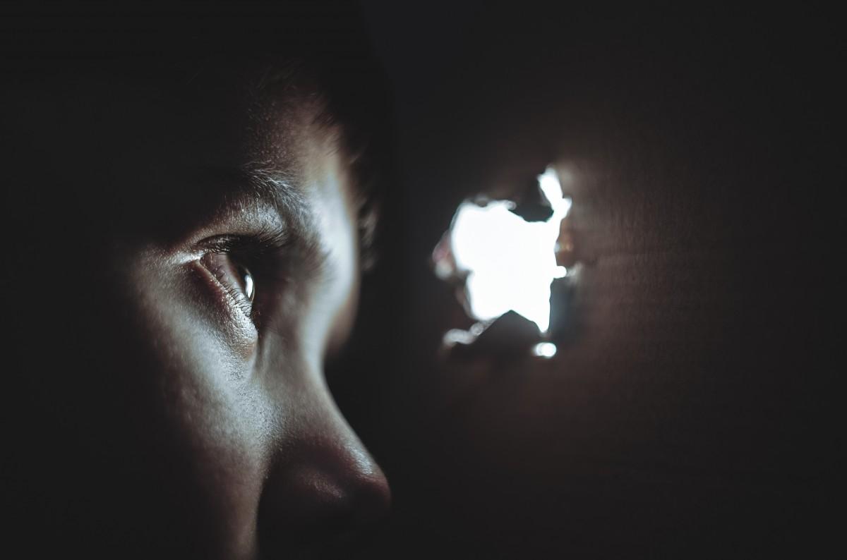mano ligero gente niña blanco fotografía juego jugar agujero chico niño mirando retrato joven niño oscuridad caja negro solitario infancia cuerpo humano caucásico Rasgado cara ojo esconder pequeño Mira espiar Organo buscar emoción abuso ocultación asustado asustado sentido