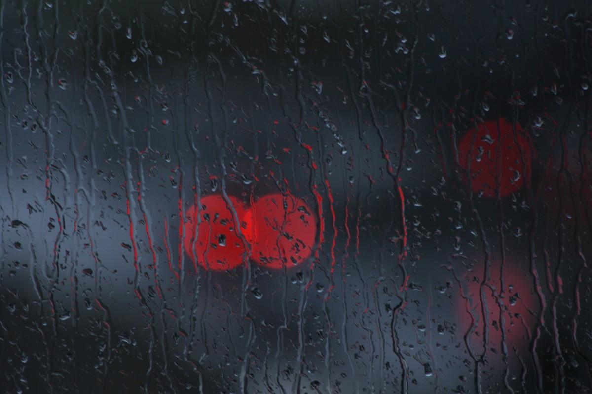 Gambar Bokeh Tekstur Hujan Jendela Kaca Gelap Merah