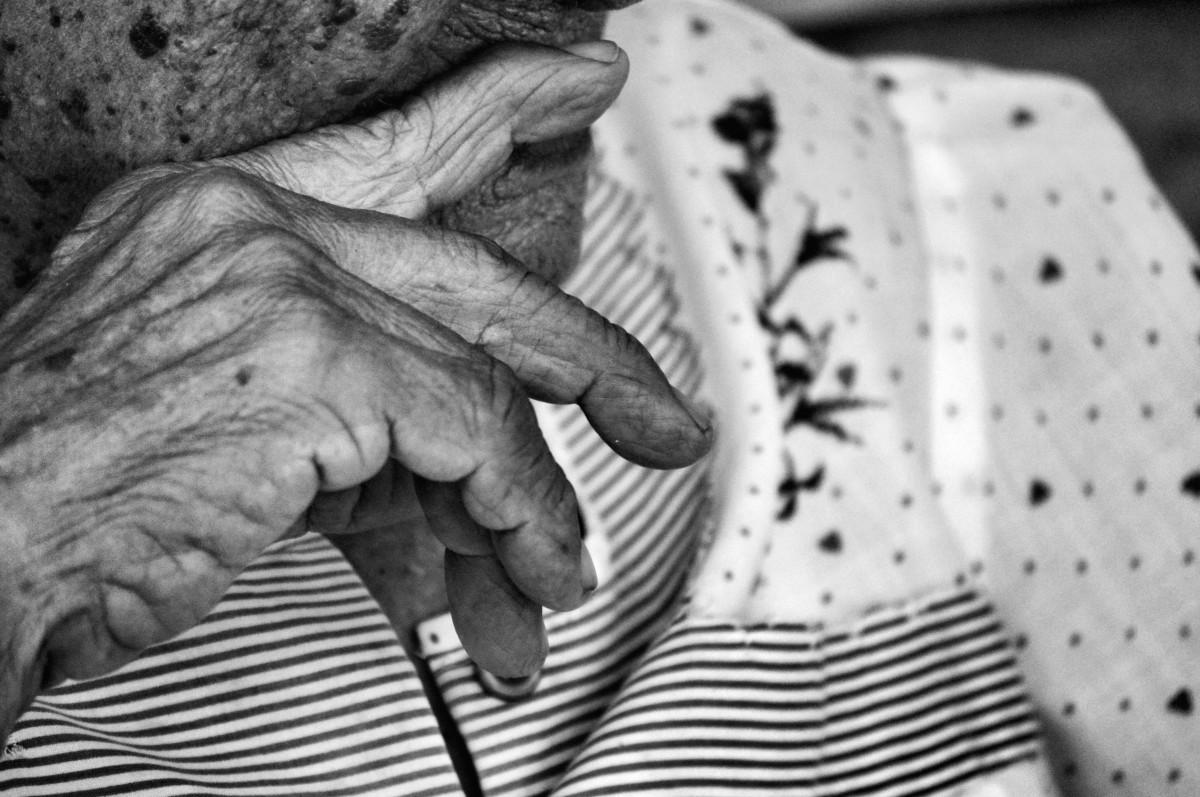 hånd svart og hvit mennesker gammel mønster portrett finger speilbilde monokrom væpne bestemor tegning hender farfar rynker eldre voksen modenhet lol monokrom fotografering