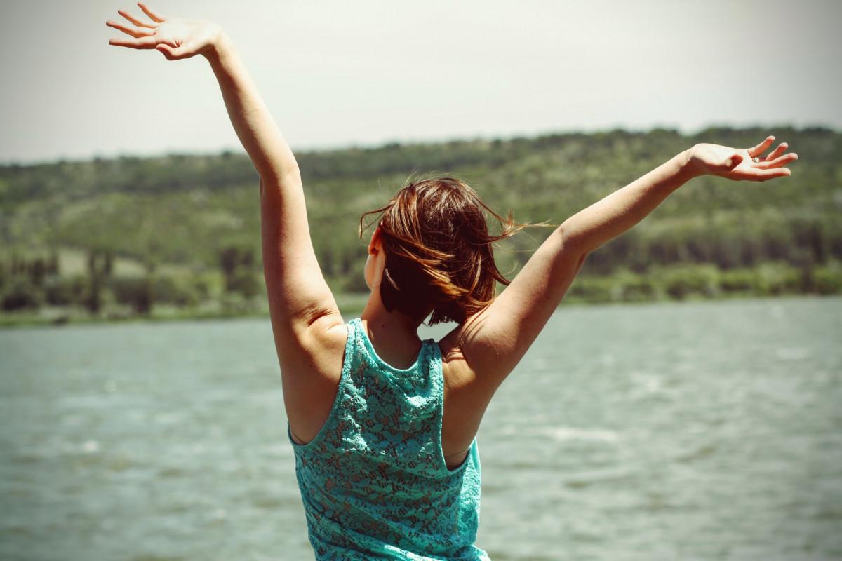 水 人 女の子 女性 太陽光 モデル 若い レディ 陽気な 楽しい 幸福 美しさ 喜び 表現 感情 魅力的な 写真撮影 裏側 表現する 手を上げる 体力