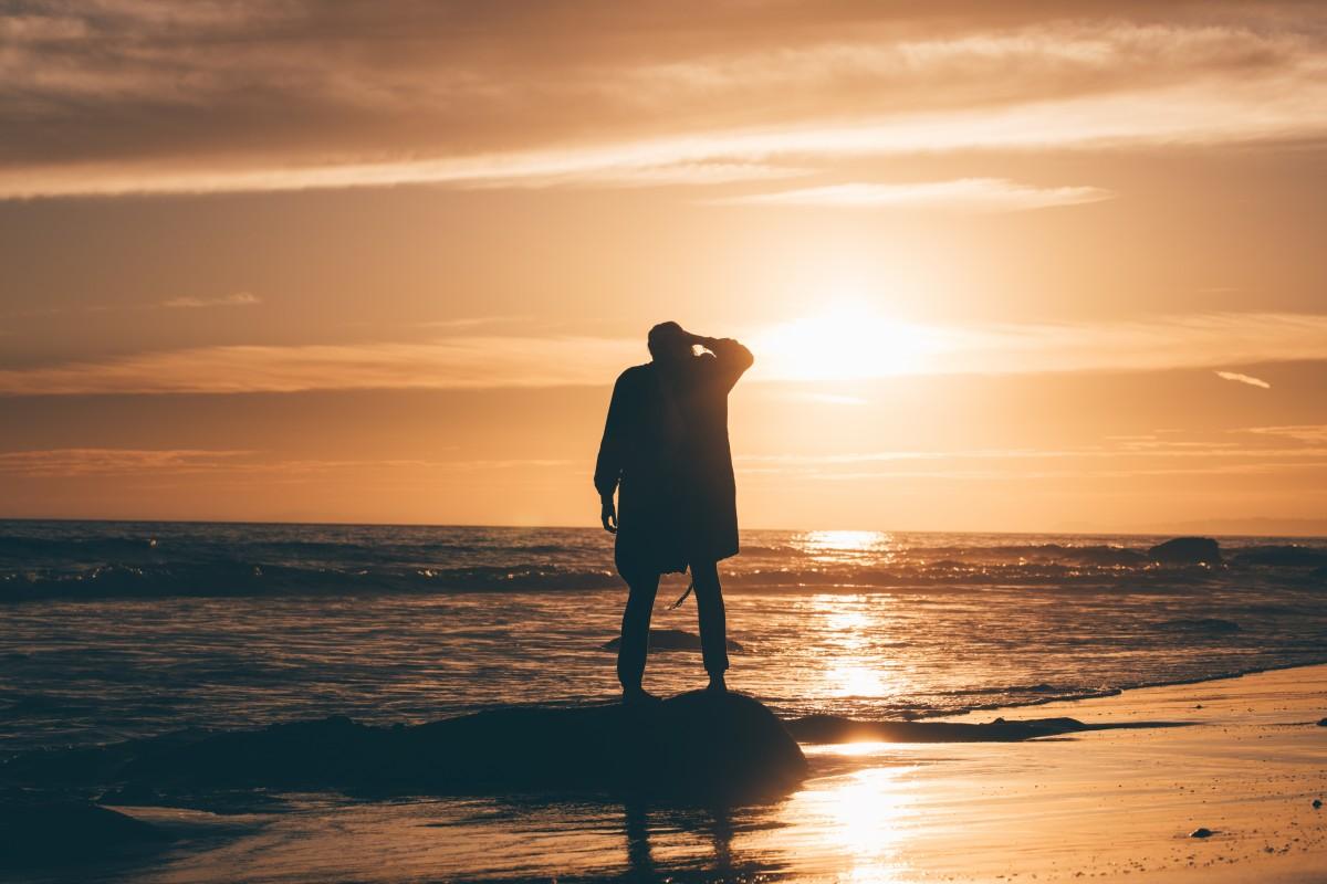 картинка одинокий мужчина на берегу моря надеемся, что
