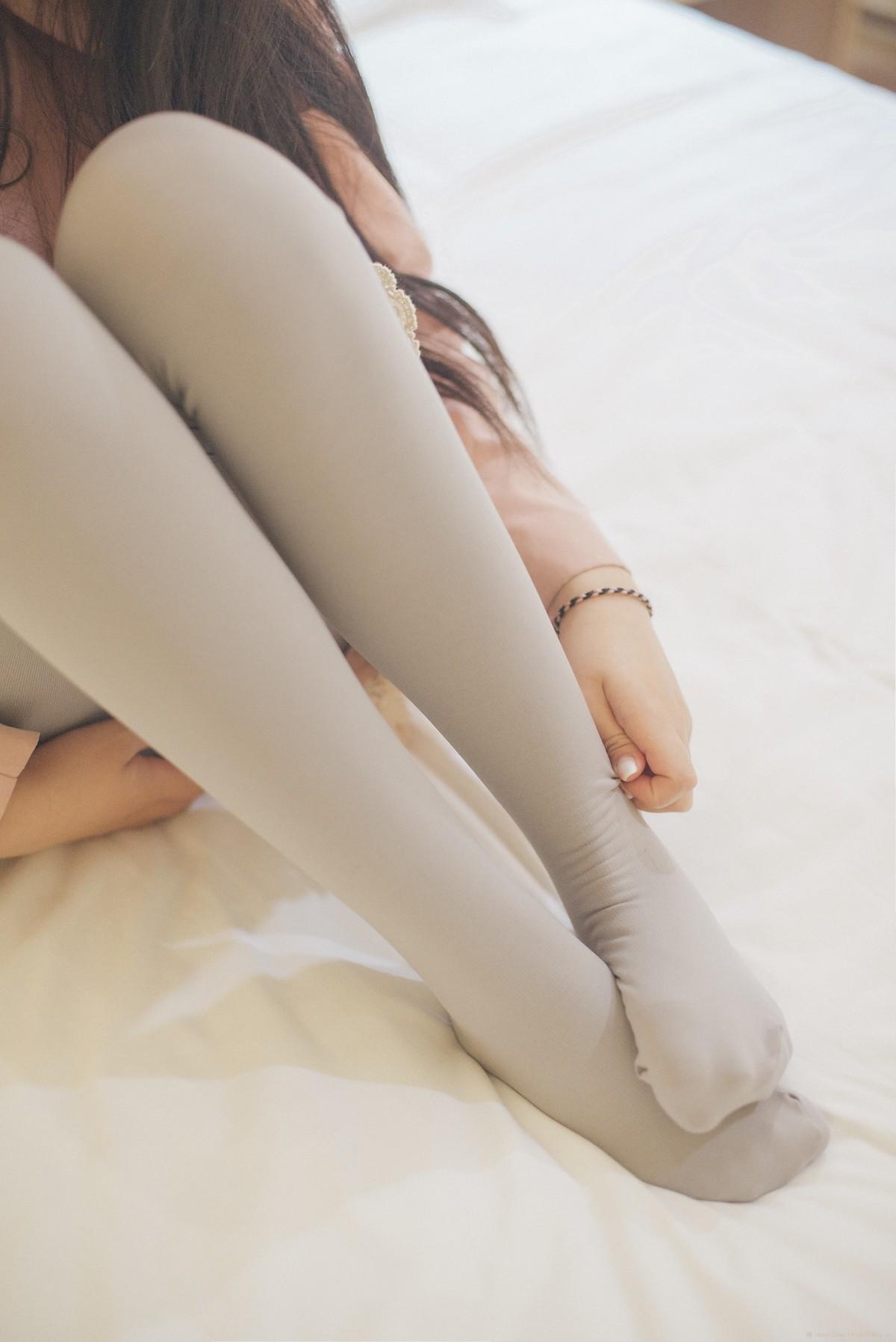 только красивых девушек ноги в белых носочках
