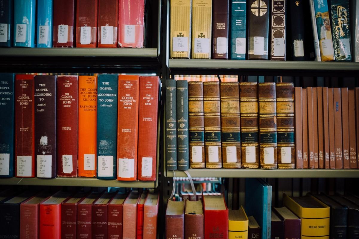 images gratuites livre couleur tag re meubles biblioth que bibliotheque publique. Black Bedroom Furniture Sets. Home Design Ideas