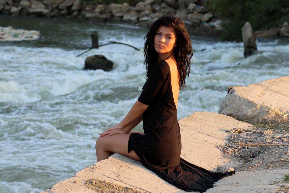 Фото красивых девушекбрюнеток отдыхающих на берегу моря 480, Голая брюнетка на берегу моря. Фото эротика 5 фотография