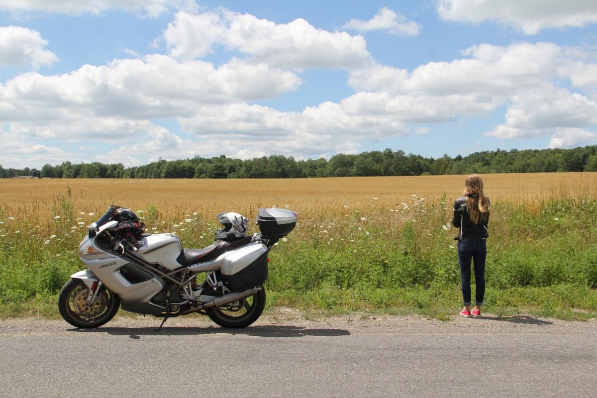 fille route voiture ferme rural véhicule périple moto moto voyage tour content casque Jouir Ducati faire de la moto Tourisme sportif Marque automobile