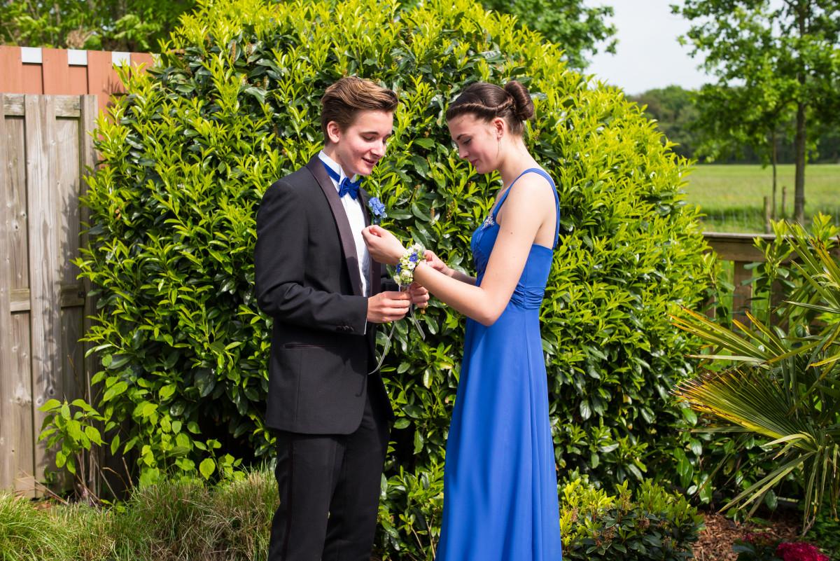 Homme en un smoking et femme en une robe longue bleu asymétrique