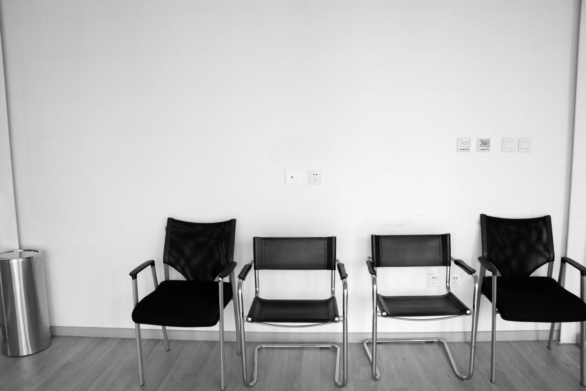 Fotos gratis mesa en blanco y negro silla casa for Disenos de interiores en blanco y negro