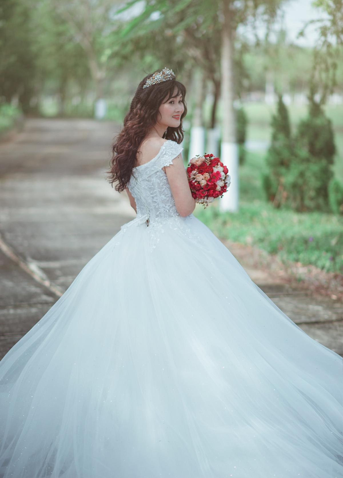 talár svatební šaty nevěsta svatební oblečení šaty dívka krása dáma květ  focení rameno manželství květinářka kloub 76a0c59e77