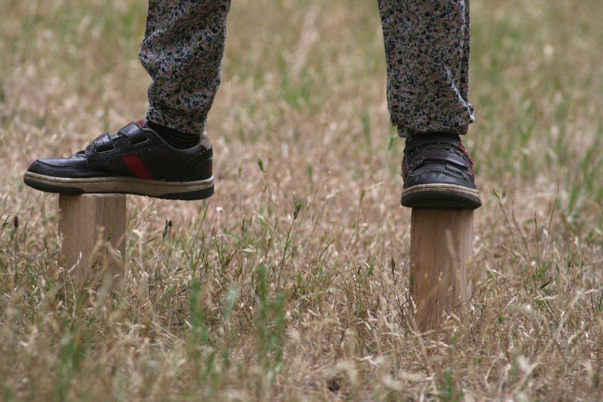 la nature herbe en marchant chaussure bois fille pelouse jouer printemps enfant agriculture chaussures Enfants amusement chaussure Personnages du jeu Jouer de la pierre Kubb Échecs viking Famille d'herbe