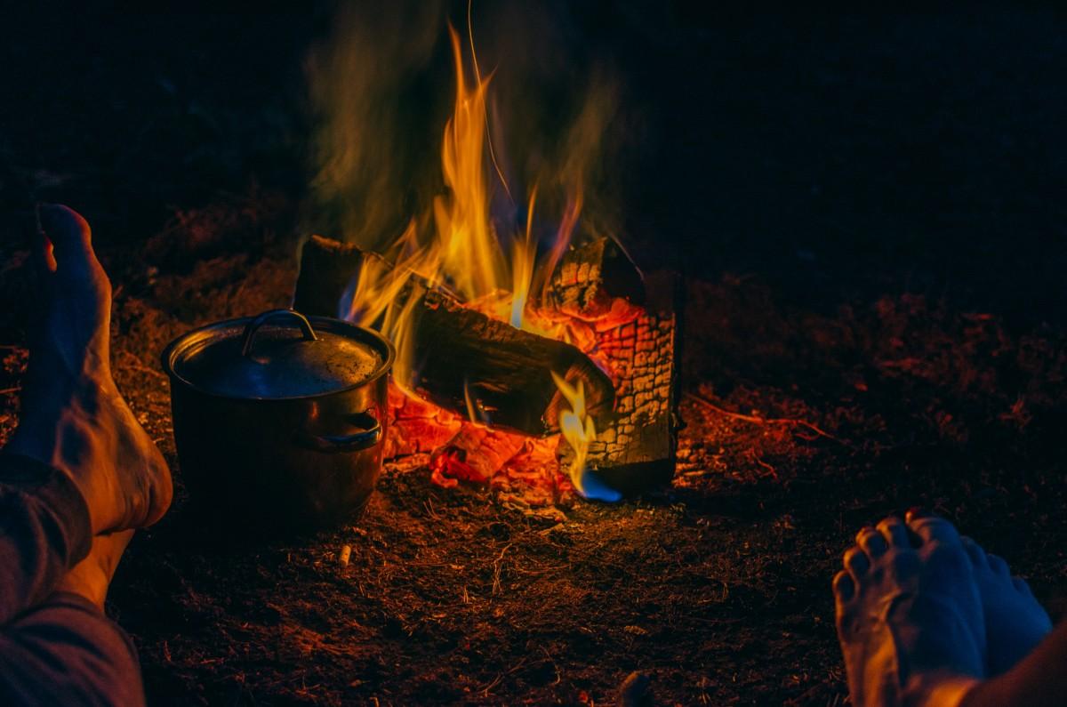 nuit soir flamme Feu obscurité Feu de camp feu chaleur un événement tradition rituel Phénomène géologique