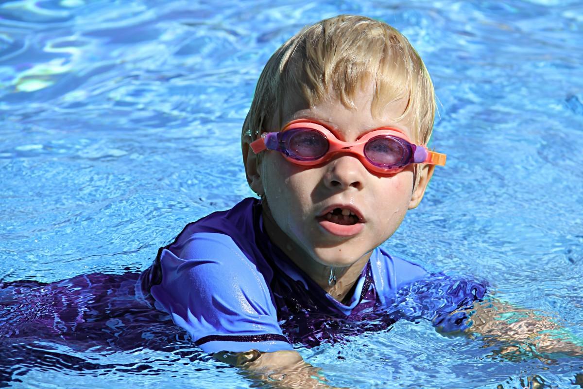 Мальчики в бассейне дети