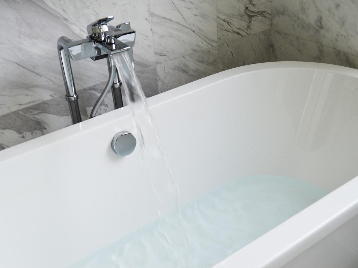 agua blanco piso piscina interior limpiar lavabo habitación moderno bañera baño grifo lujo diseño grifo nuevo bañera contemporáneo brillante jacuzzi bidé arreglo de tubería