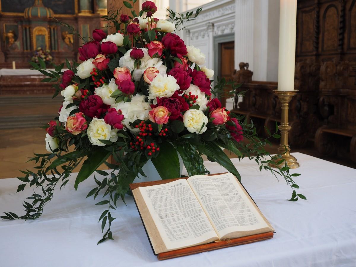 Fotos gratis planta flor iglesia boda biblia flores for Arreglos florales para boda en jardin