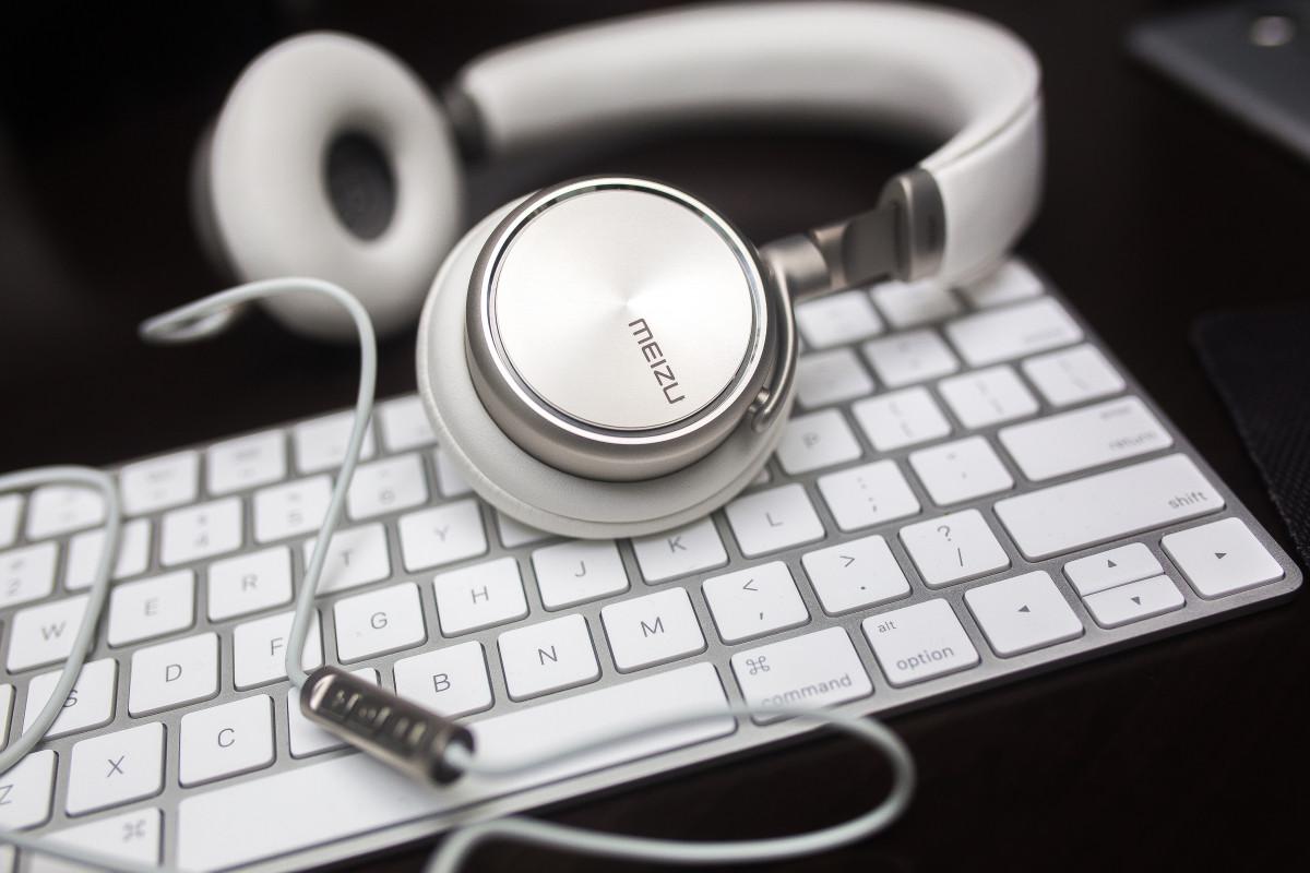 images gratuites main noir et blanc la technologie casque de musique gadget t l phone. Black Bedroom Furniture Sets. Home Design Ideas