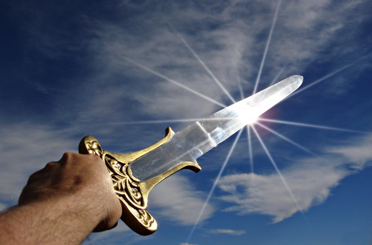 mano, hombre, ala, cielo, vendimia, avión, aeronave, soldado, vehículo, aviación, vuelo, metal, azul, arma, espada, lucha, guerra, batalla, medieval, valor, caballero, brazos, historia, histórico, fuerte, victoria, triunfo, valiente, guerrero, gladiador, rabia, armado, Atmósfera de tierra