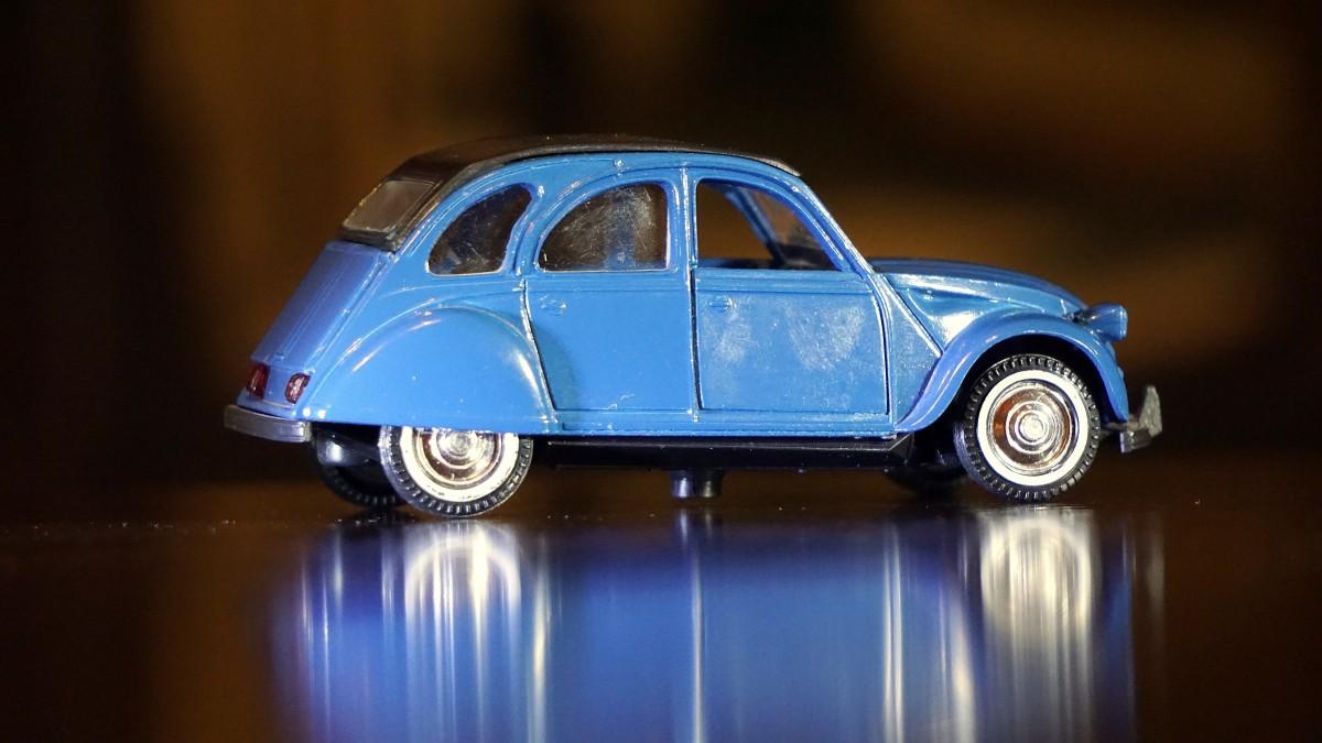 images gratuites cru vieux v hicule bleu chelle jouet voiture ancienne sedan citroen. Black Bedroom Furniture Sets. Home Design Ideas