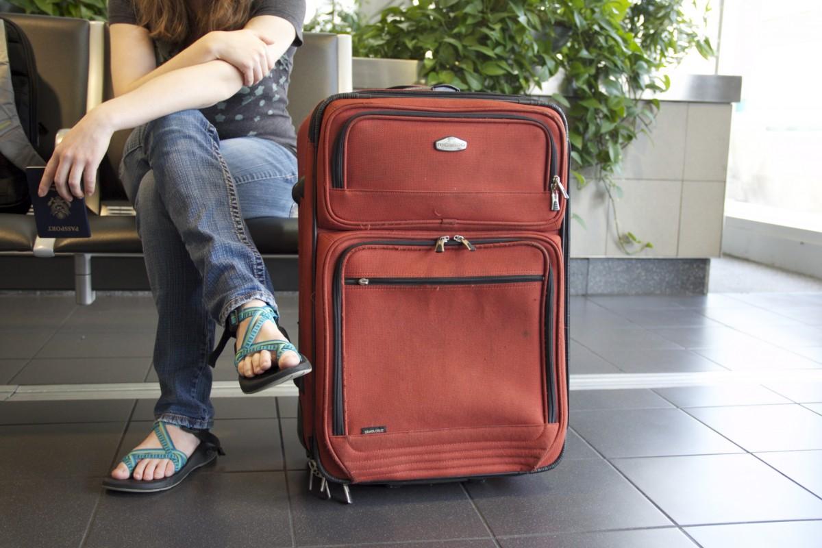 Общество: девушка аэропорт путешествовать поездка путешественник мебель поездка багаж продукт чемодан заграничный пасспорт Багаж