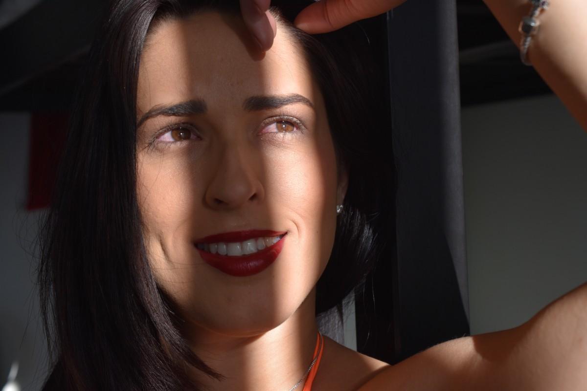 pelo largo erótico sentado en la cara