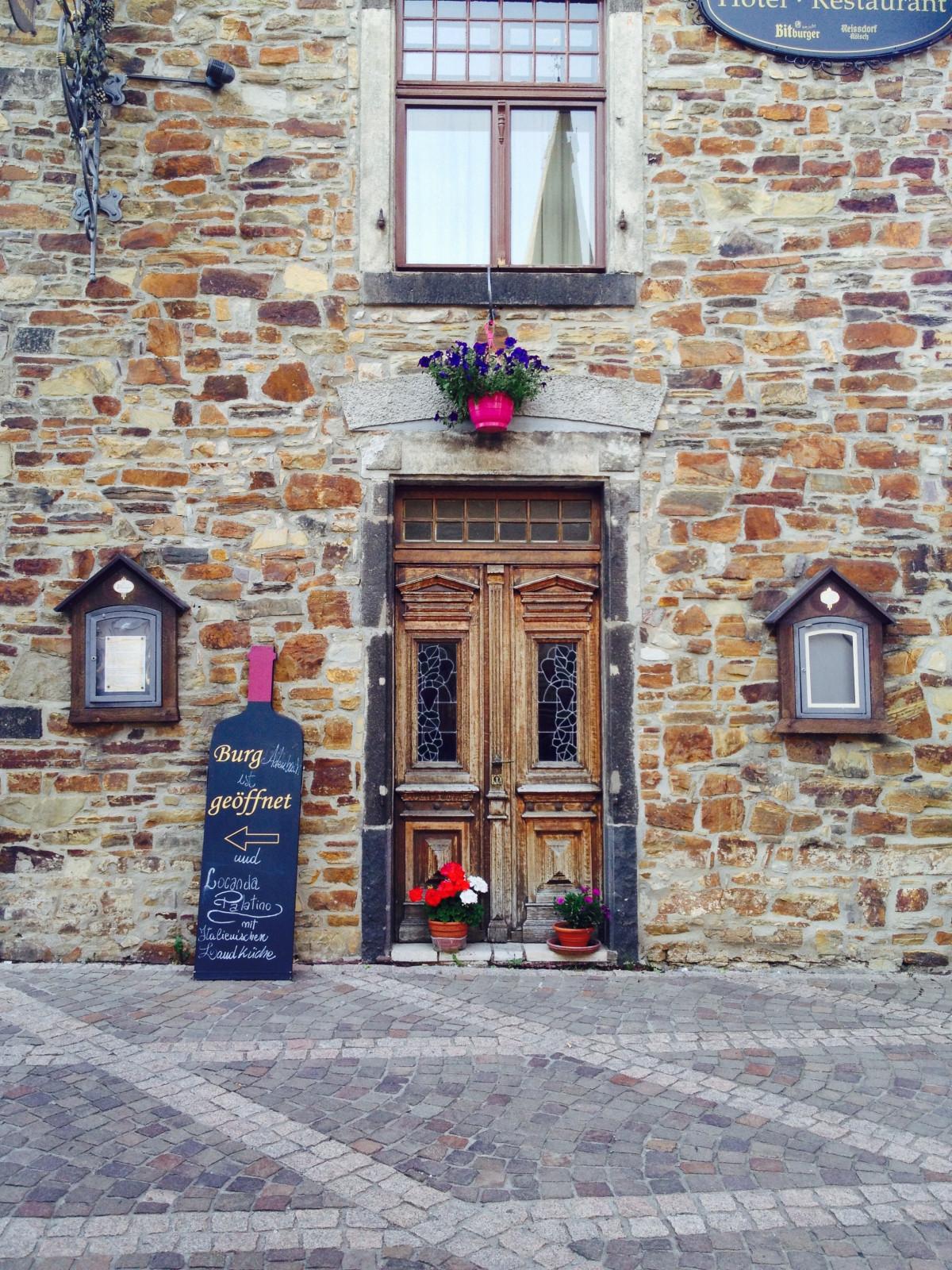 Fotos gratis madera calle tierra pueblo fachada for Puerta blindada antigua casa gutierrez