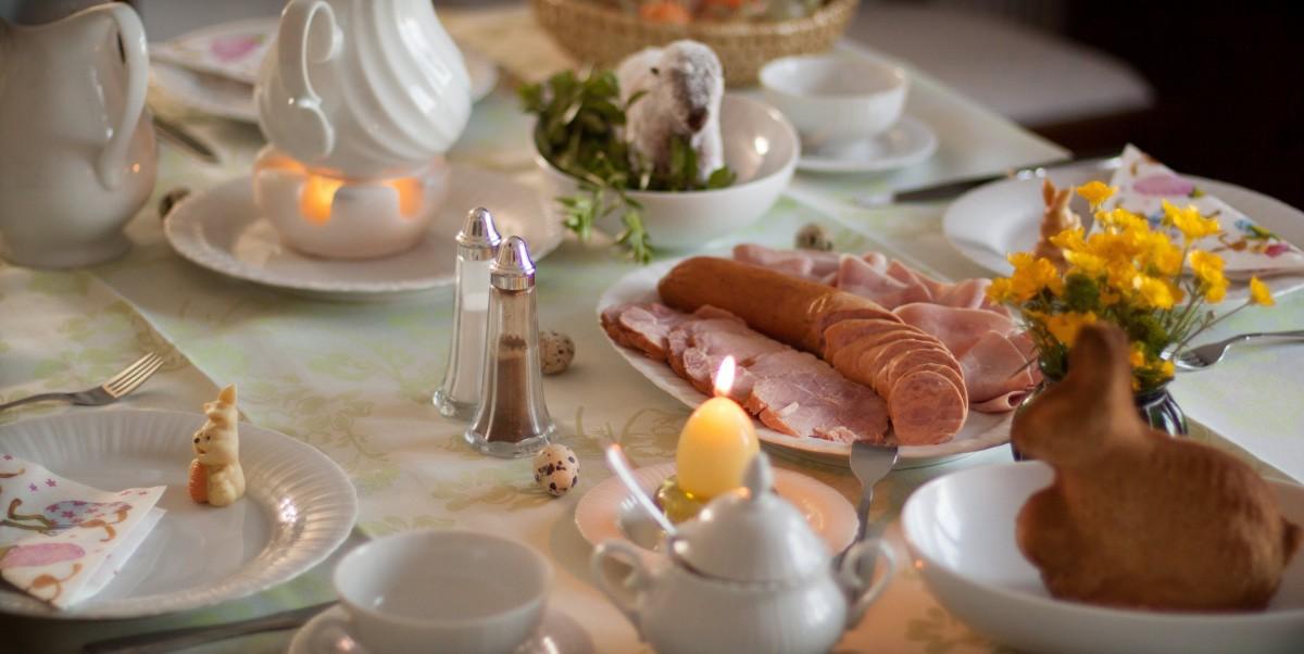 table restaurant plat repas aliments couvert déjeuner le déjeuner cuisine buffet agneau saucisse lièvre Festival dîner Pâques banquet souper brunch Table gedeckter hors-d'œuvre des familles Petit déjeuner de Pâques
