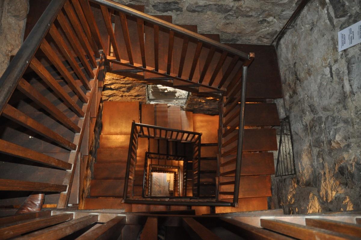 Images gratuites bois spirale la tour chalet italie for Foyer interieur bois