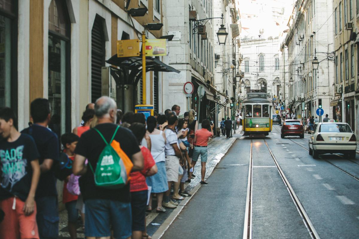 https://c.pxhere.com/photos/f6/0b/street_city_people_urban_outdoor_streetlamp_trolley_crowd-104288.jpg!d