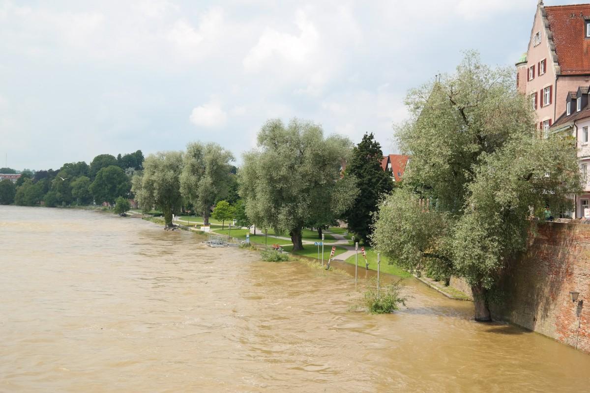 agua la carretera pico río inundar tormenta camino acuático Danubio desastre evento destrucción inundación dañar Bloqueado orilla Ulm barrio fuerza de la naturaleza cambio climático nivel del agua Protección civil agua alta daños por inundación Fenómeno geológico Desastre de inundación Inundación del siglo