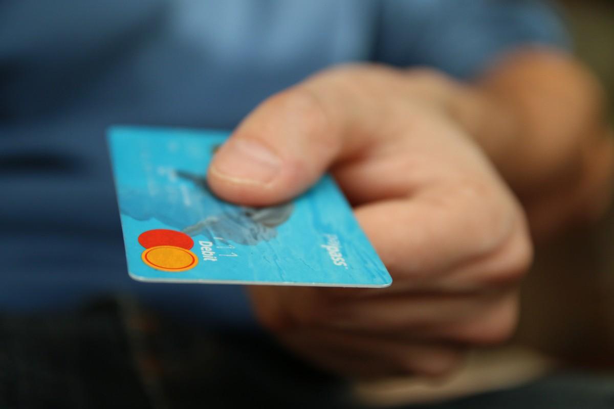 Из чего была сделана первая банковская карта