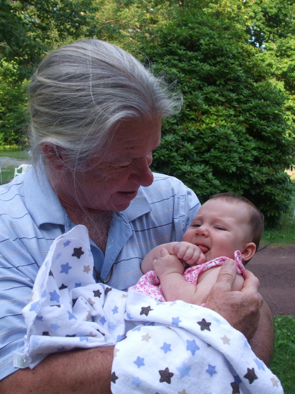На видео бабушке внук