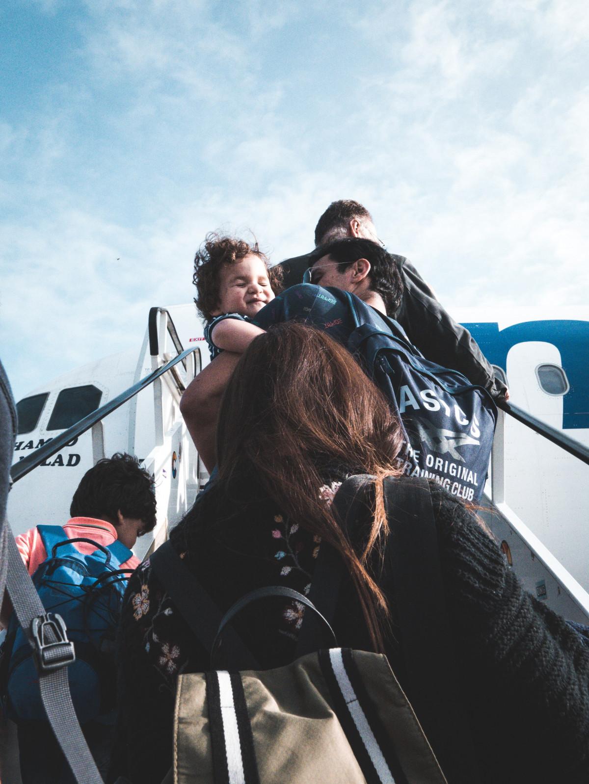 avion avion avion aéroport sac jour groupe enfant paysage Hommes en plein air gens avion Système de transport Voyage femmes