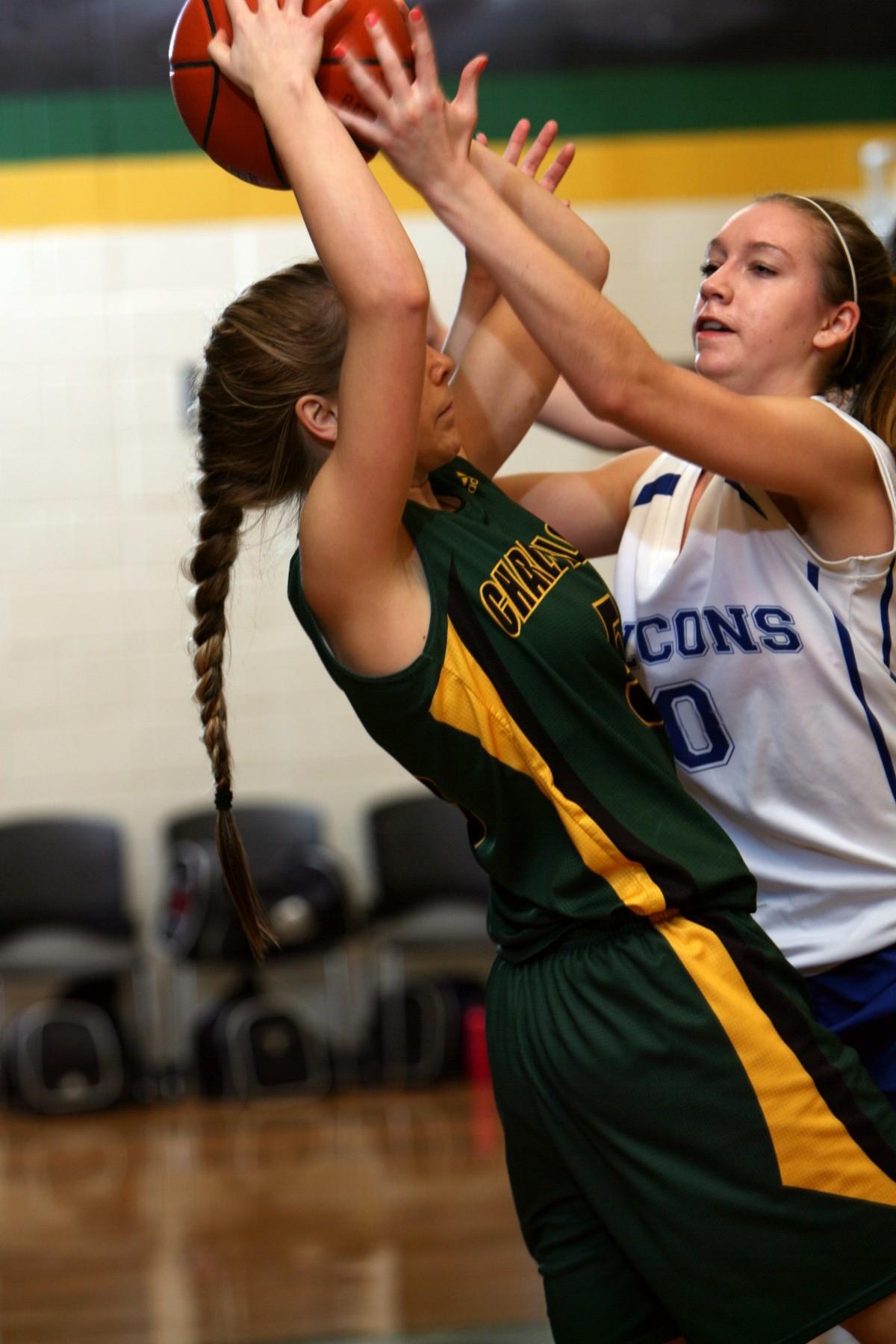 Девушка играющая в баскетбол фото