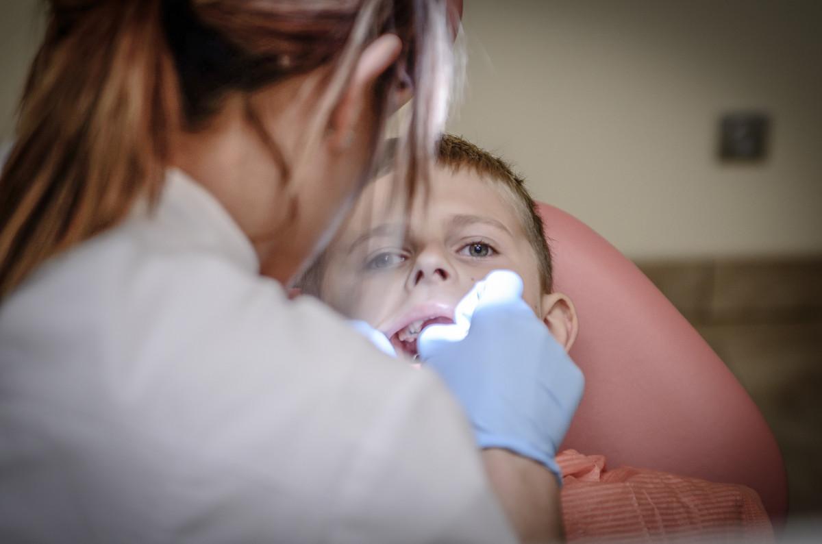 la personne gens femme portrait enfant dentiste la cérémonie bébé bambin peau fauteuil douleur interaction Souffrance guérir anesthésie Photographie de portrait Borowa Nfz Scellants
